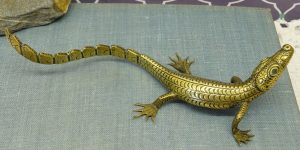 Vintage brass lizard figurine, with blue glass eyes.