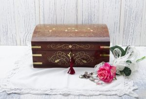 Vintage mahogany jewellery box with brass inlay, large Indian wooden jewelry box with key, domed lid, tray insert, lockable vanity box