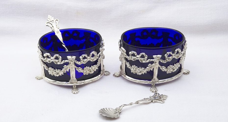 Solid silver Victorian salt cellars with cobalt blue glass liners with spoons, Neoclassical style, by William James Holmes, Birmingham 1898