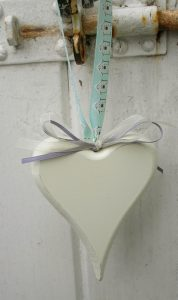 WOODEN HEART WITH RIBBONS IN CLOTTED CREAM