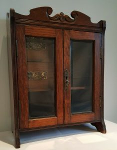Edwardian oak smoker's cabinet, wall cupboard, with bevelled glass doors and two drawers. Small wall mounting cabinet. Antique furniture