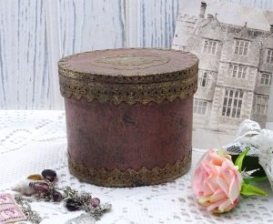 Vintage papier mâché box, oval pink and gold box, chocolate box, trinket box, tissue box, paper mache box, Victorian style box, Victoriana