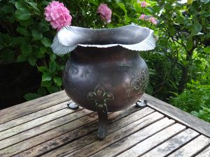 Arts and Crafts French copper jardiniere from Pau, France. Souvenir of King Henry IV of France birth and birthplace in 1553. Copper planter
