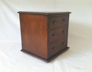 Miniature antique chest of drawers in solid mahogany with three graduated drawers. Probably an apprentice piece from the early 20th Century