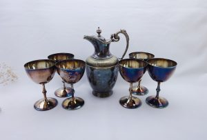 Victorian silver plated claret jug and 6 vintage silver plated goblets, Robert Pringle & Co lidded pitcher and Primrose plated wine chalices