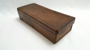 Antique leather box with tooled and hinged lid, of rectangular shape and finished in brown with a red interior, from the late 19th Century