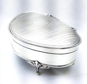 Silver jewellery box by Synyer & Beddoes Chester hallmark 1911 350g, George V