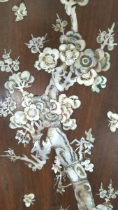 Chinese wall plaque, a 1m tall / long mahogany wall hanging framed panel or plaque inlaid with colourful mother-of-pearl decoration.