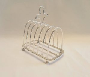Silver toast rack - a very good Edwardian Sterling silver rack, by Walker and Hall assayed at the Chester Office & dated 1907, heavy 203g
