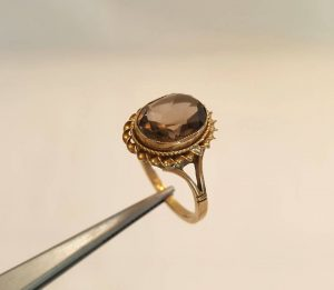 Gold and smokey quartz ring- an attractive vintage 9ct gold & faceted smokey quartz stone ring in rope twist setting size K (16mm)